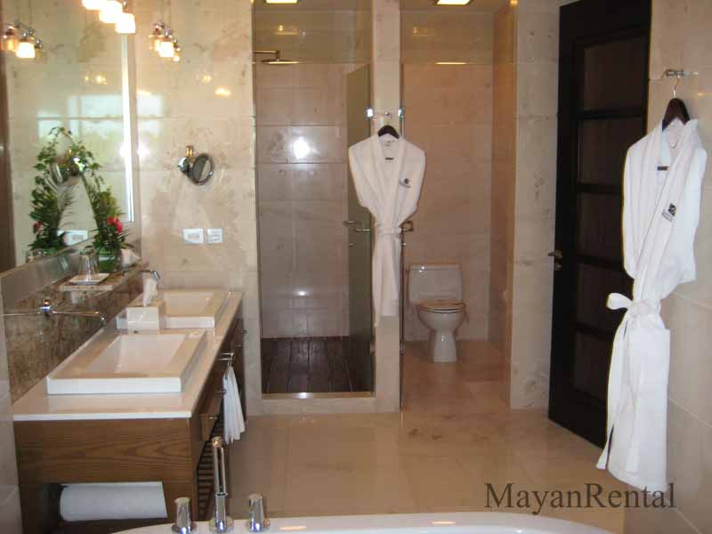 Grand Luxxe Suite Bathroom